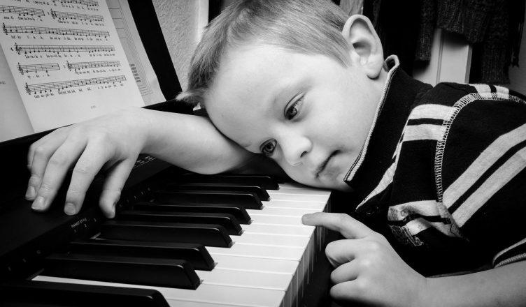 dziecko przy pianinie
