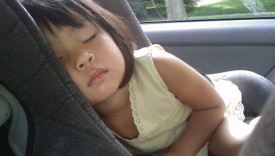 dziecko śpi w samochodzie