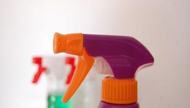 naturalne środki czystości w butelce