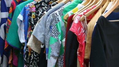 kolorowe sukienki na wieszakach